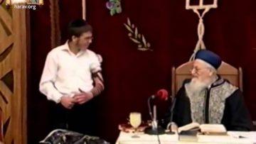 מניחים תפילין הדגמת הנחת תפילין כהלכתם מאת הרב מרדכי אליהו