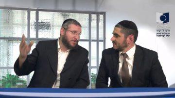 הרב קם לכבוד כל יהודי שעבר! – הסיפור היומי עם הרב אברהם פוקס